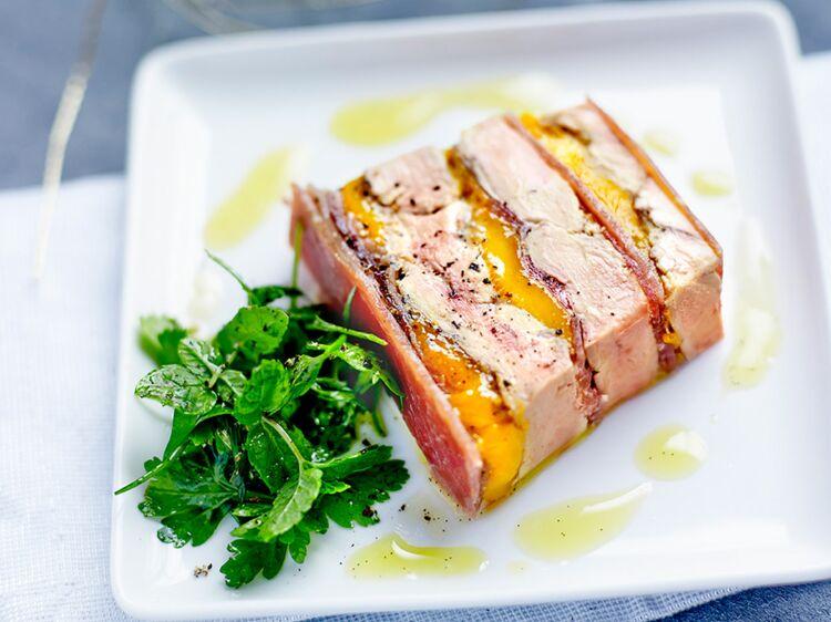 Terrine de foie gras poêlé, mangue, Jambon de Bayonne Aoste et gelée de sauternes au poivre de Timut : découvrez les recettes de cuisine de Femme Actuelle Le MAG