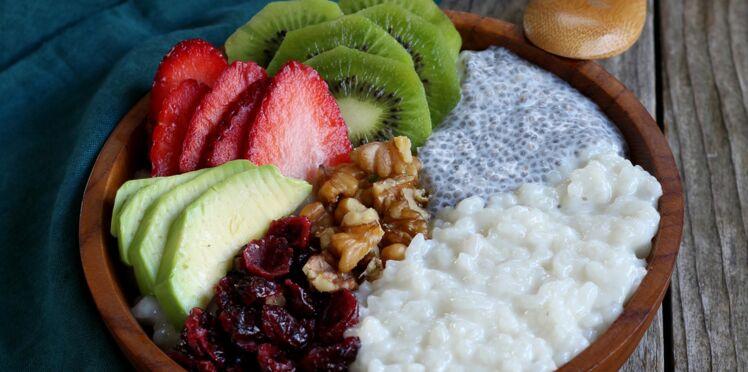 Porridge de riz au lait d'amandes, graines de chia et fruits frais