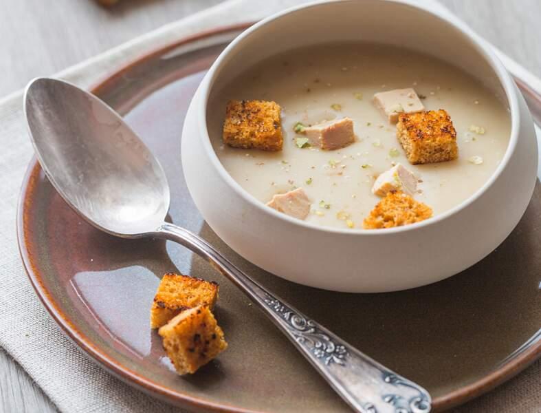 Velouté de châtaignes, cubes de foie gras poêlés et croûtons de pain d'épice