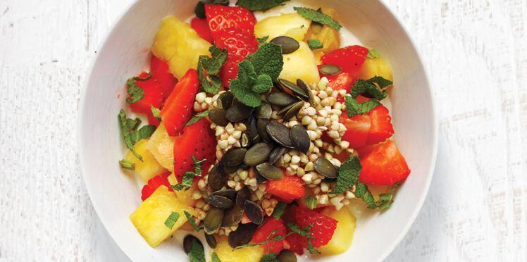 Bowl vitaminé fraises, ananas et graines de courge