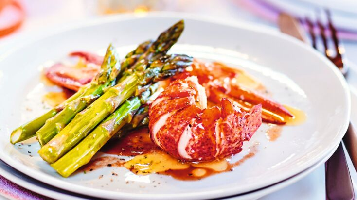 Homard sauce au vin rouge et poêlée d'asperges