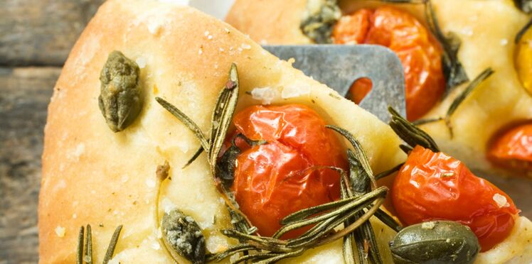 Pizza aux tomates cerises et romarin
