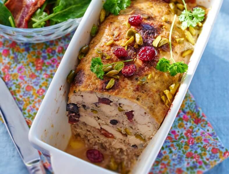 Terrine de poulet aux pistaches & salade de pousses d'épinards au lard croustillant