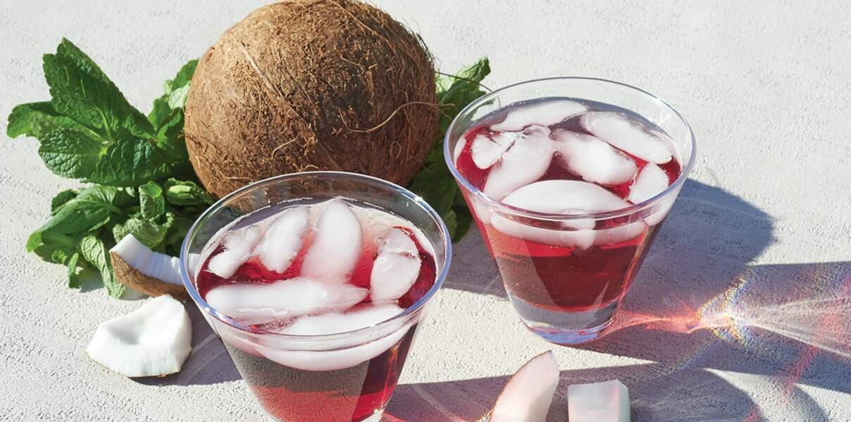 Cocktail au thé à la menthe et au cassis