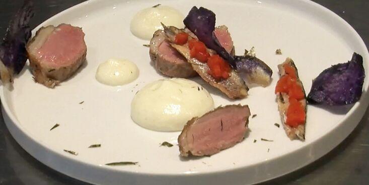 Agneau noir, poivrons grillés aux anchois et écume d'ail rose