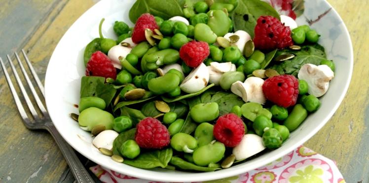 Salade de champignons, légumes verts et framboises