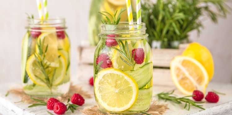 Boisson détox eau de citron, framboise et romarin
