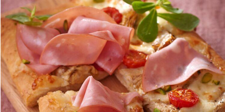 Pizza fine aux cœurs d'artichauts et mortadelle