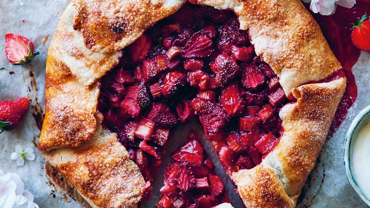 Tarte rustique fraises et rhubarbe