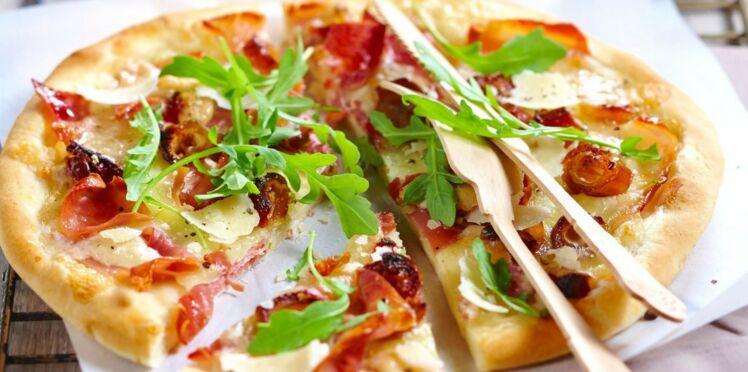Pizza jambon, dattes et roquette