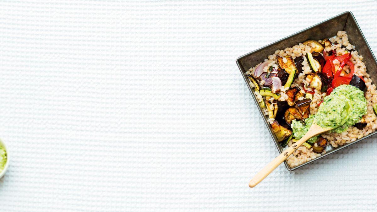 Légumes grillés au four, orge et coulis de basilic