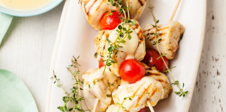 Brochettes de poulet et leur petite sauce crémeuse à la raclette