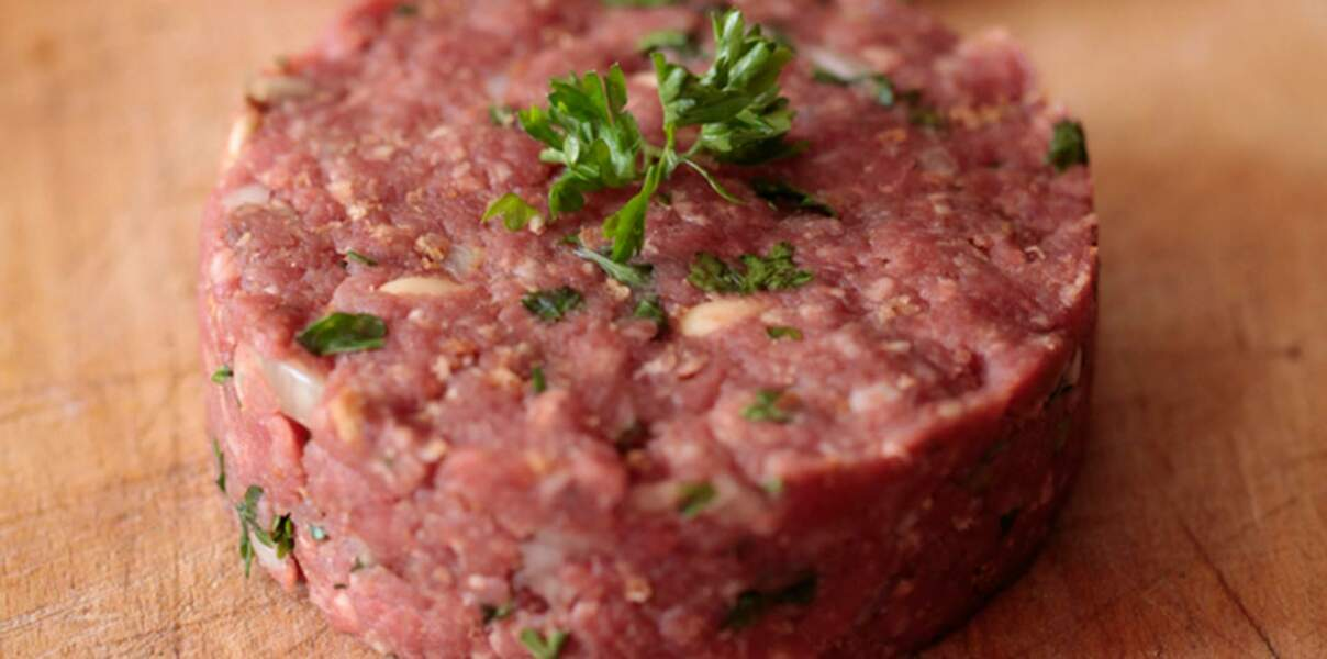 Steak maison, pignons de pin et ail noir