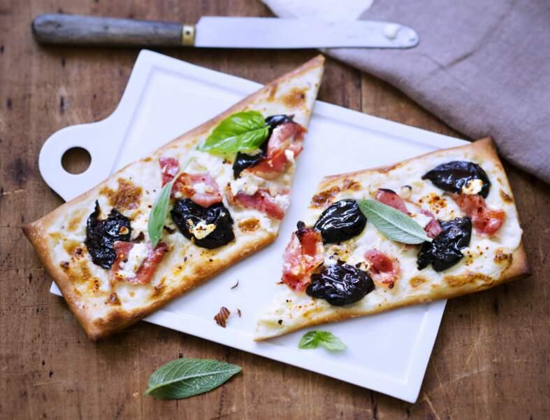 Pizza au bacon et aux pruneaux
