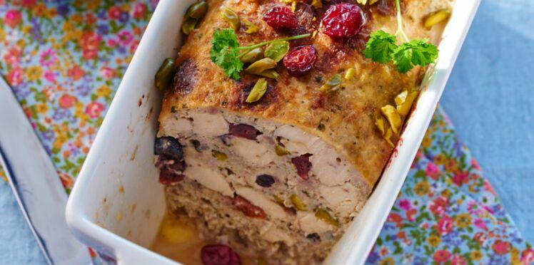 Terrine de poulet aux pistaches & salade de pousses d'épinards, lard croustillant