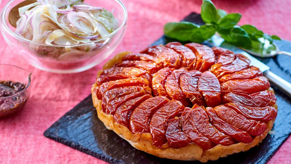 Tatin de tomates confites et salade de fenouil à l'oignon rouge