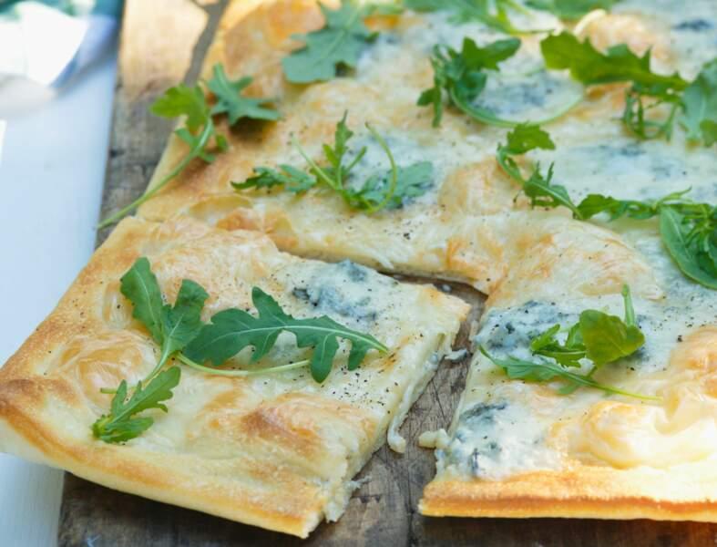Pizza à la roquette et fromage bleu