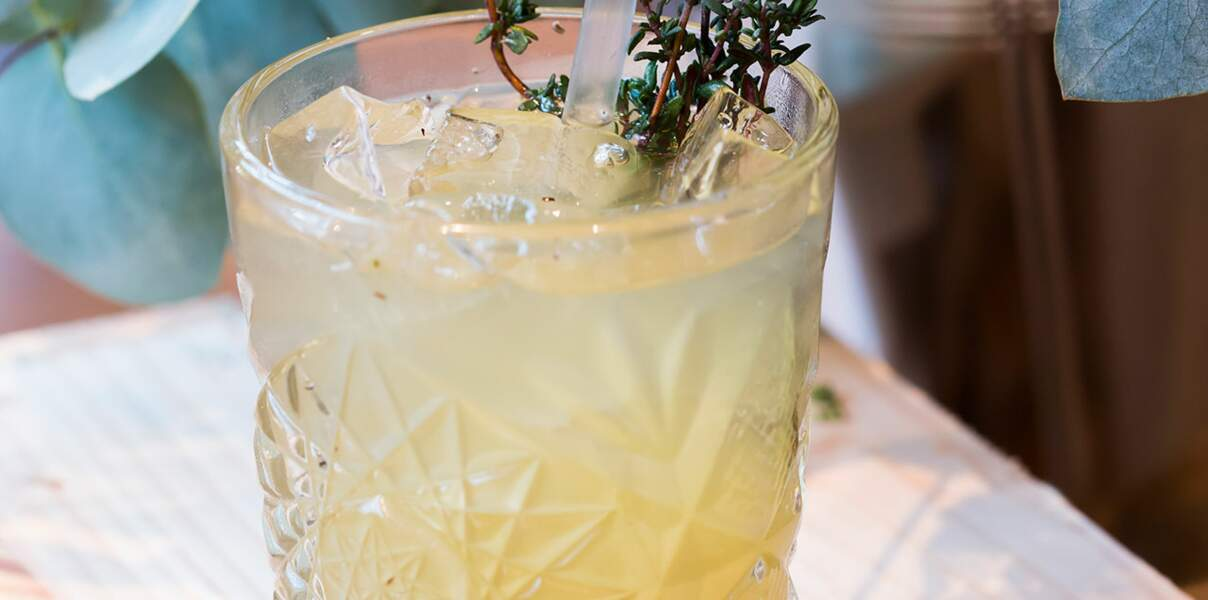 Cocktail sans alcool au thé gingembre et thym