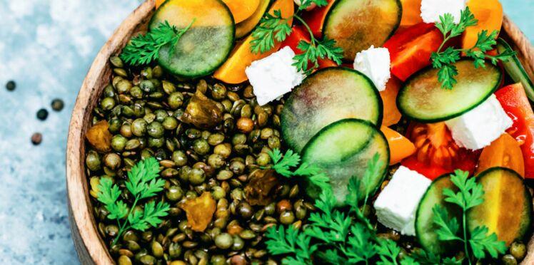 Lentilles aux raisins secs, tomates, concombre et feta