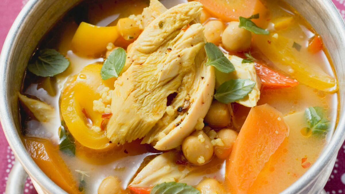 Soupe de poulet aux légumes et pois chiches