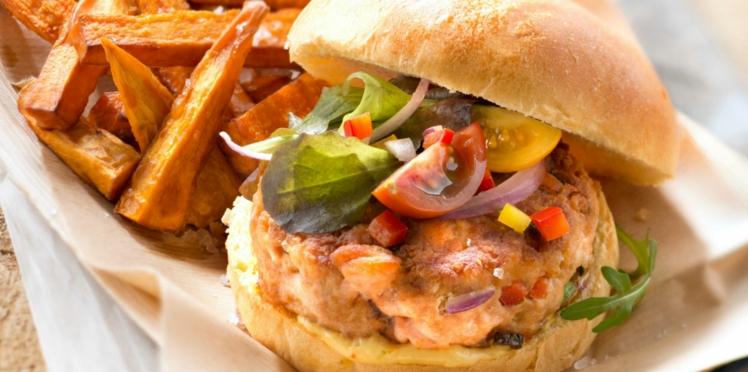 Burger au saumon et frites de patate douce