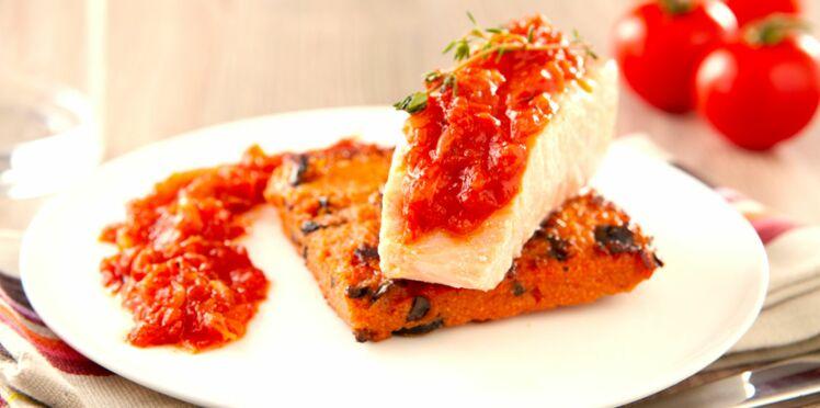 Saumon confit au thym, palet de polenta croustillant, concassée de tomates basilic-oignon