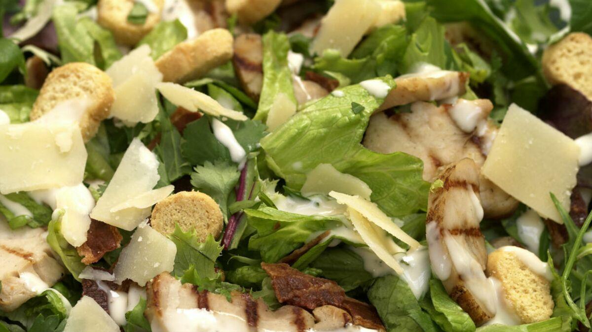 Salade tiède de roquette, poulet et bacon