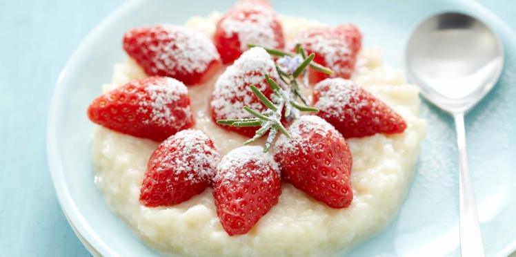 Riz au lait d'amandes, garni de fraises