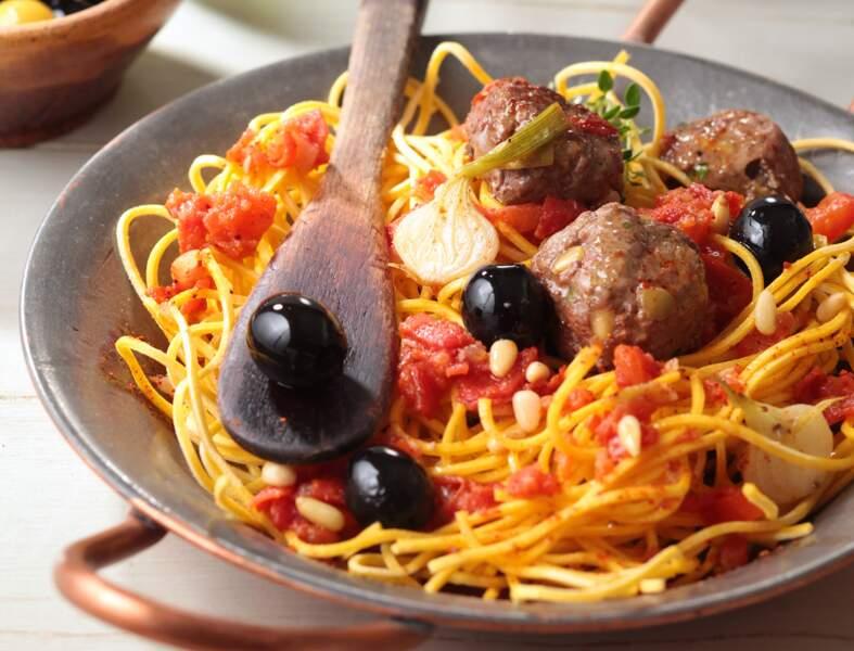 Boulettes de bœuf aux olives vertes, spaghettis aux tomates fraîches et origan