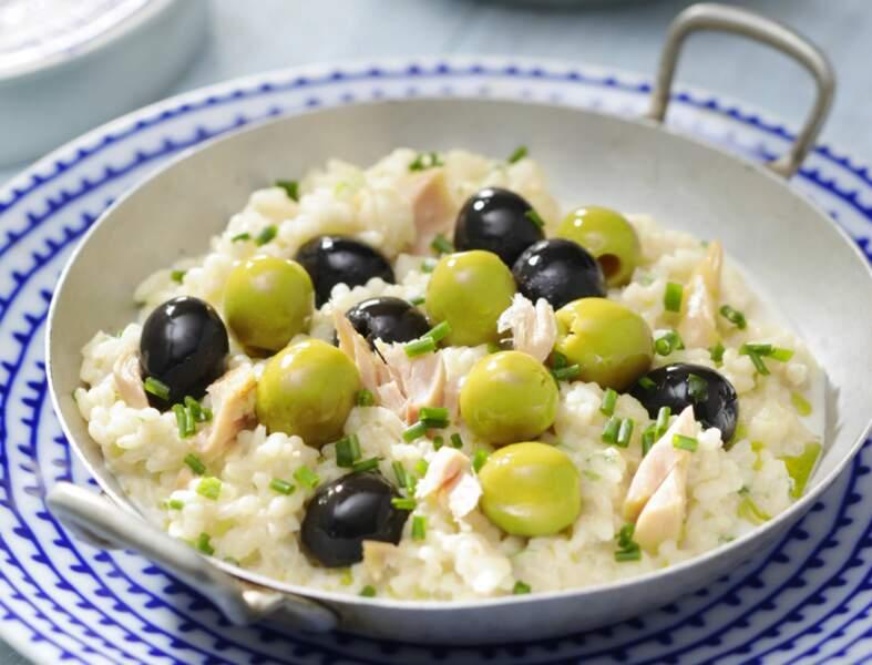 Riz Bomba, bouillon aux olives vertes et noires et crème au thon