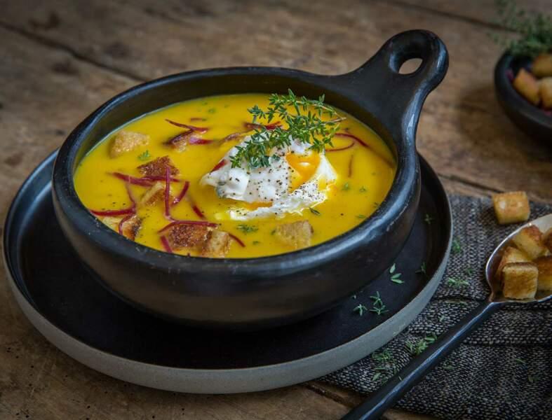 Soupe de potiron à l'orange, viande des Grisons, oeuf de caille et petits croûtons