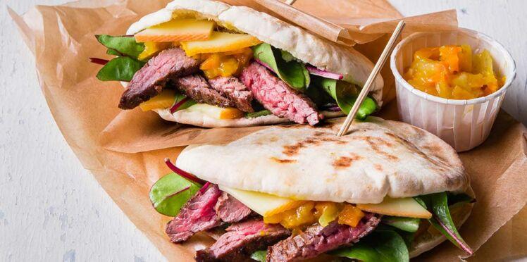 Pita sucrée salée au bœuf mariné au cumin, Raclette RichesMonts et chutney carotte - mangue