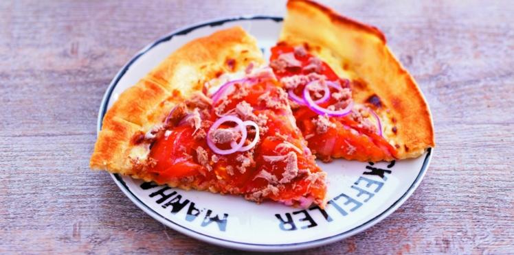 Pizza au thon et à l'oignon rouge