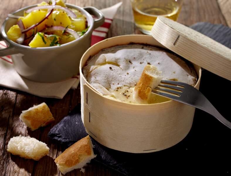 Mont d'or crémeux et salade de pomme de terre aux oignons rouges et lardons