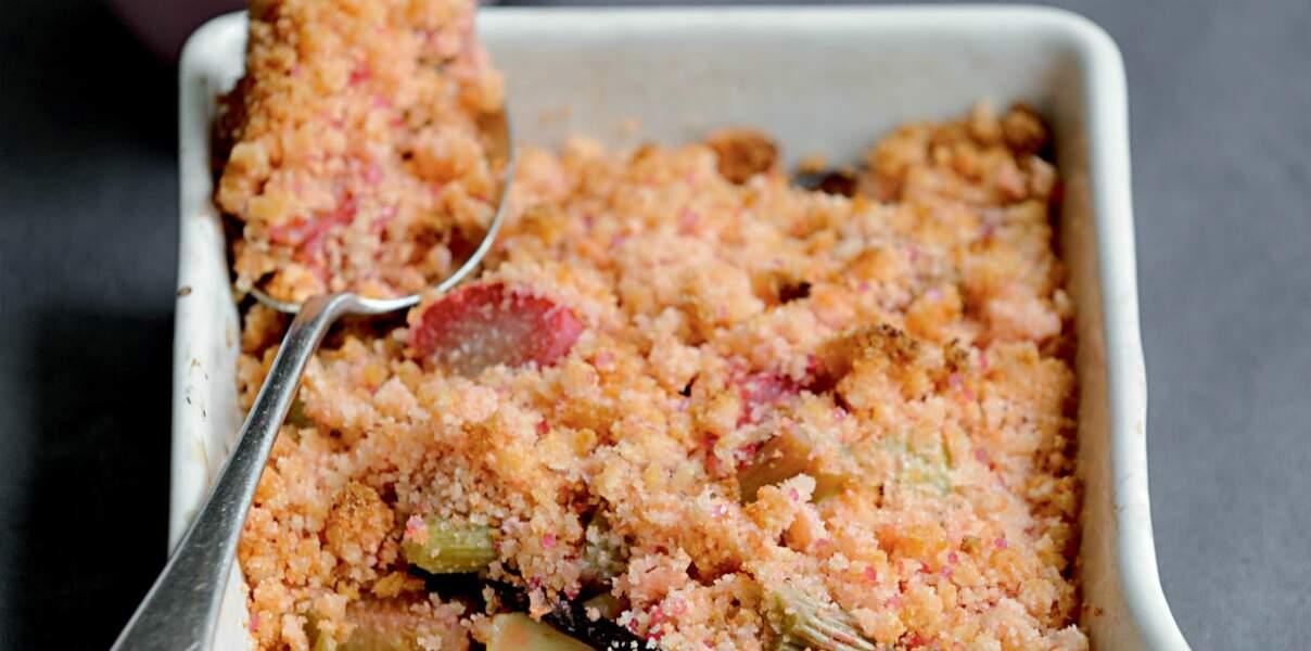 Crumble de Biscuits Roses aux pommes et à la rhubarbe