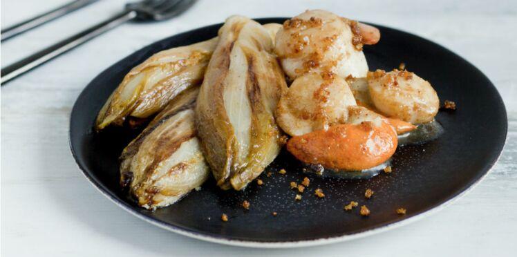 Coquilles Saint-Jacques poêlées au pain d'épices et endives braisées au miel