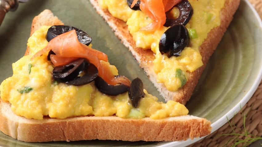 Brouillade d'oeuf aux olives noires, salade de fenouil à l'orange
