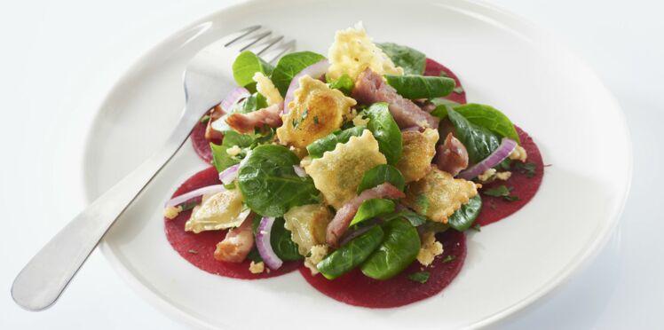 Salade de ravioles, saucisse de Morteau et Comté croustillant