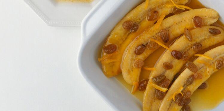 Banane rôtie, rhum, raisins et épices