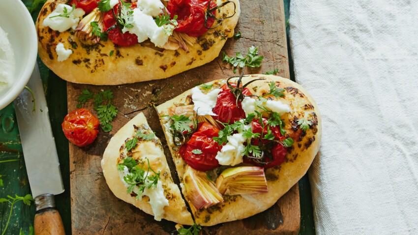 Pizza aux artichauts, tomates, mozzarella et cerfeuil