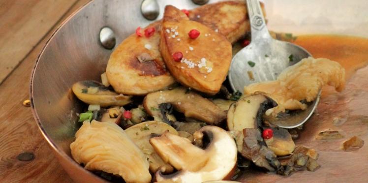 Foie gras poêlé et fricassée de champignons flambés