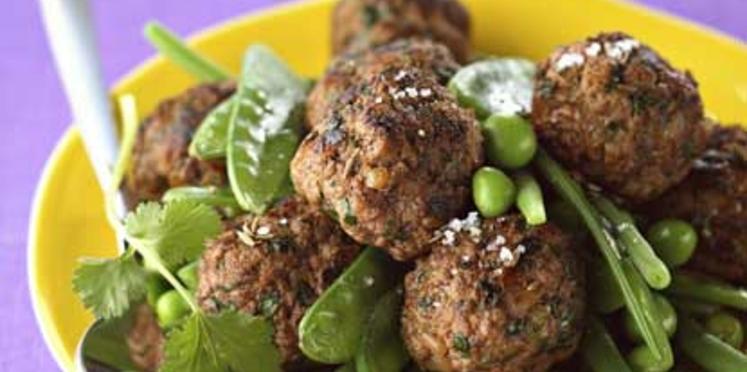 Boulettes de boeuf, épices et herbes petits pois et mange-tout vapeur