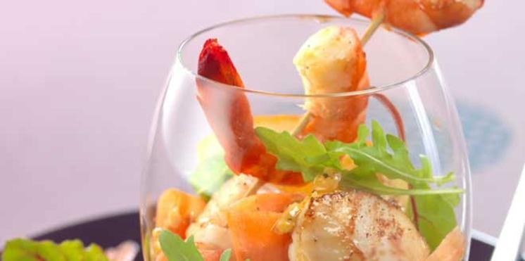 Brochettes de crevettes, saint-jacques, sauce picon, orange et miel