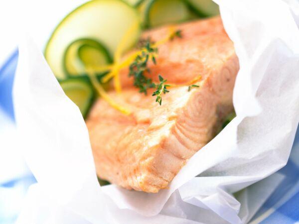 saumon en papillote de chou d couvrez les recettes de cuisine de femme actuelle le mag. Black Bedroom Furniture Sets. Home Design Ideas