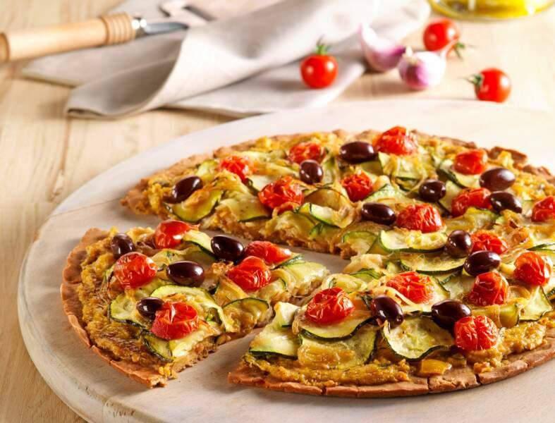 Pizza sans gluten aux courgettes, tomates et olives