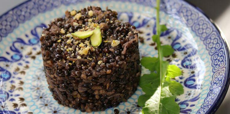 Risotto vegan de lentilles bio beluga, thé fumé lapsang Souchong impérial, zestes de citron bio et parmesan de fruits secs