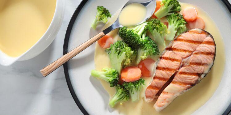 Darne de saumon aux brocolis et sauce blanche aux œufs