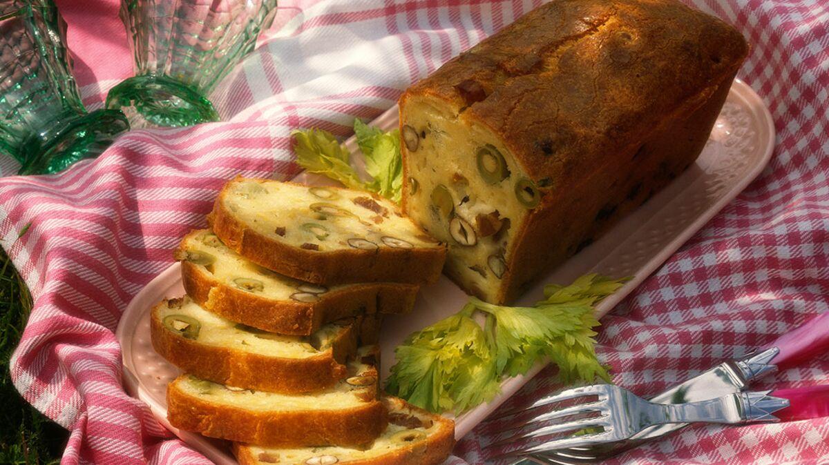 Cake aux olives vertes et noisettes