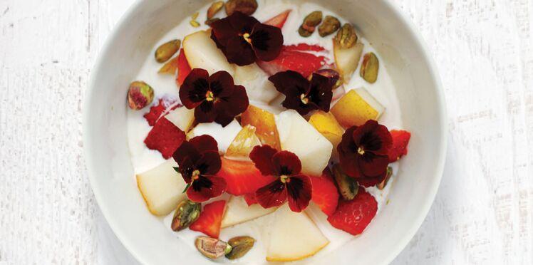 Bowl fraises, poires, flocons d'avoine et pistaches