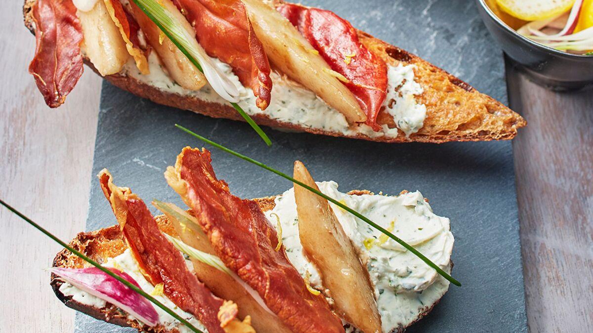 Bruschetta de Tartare® Ail Sauvage, poire caramélisée et croustillant de jambon de Parme